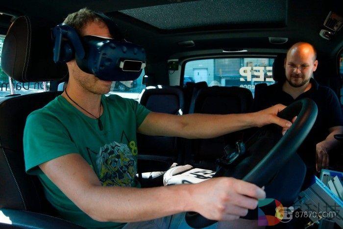 戴姆勒让卡车司机通过VR感觉将来驾驶体验